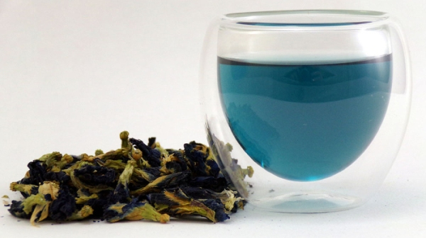 Dried butterfly-pea flowers and a glass of blue tea